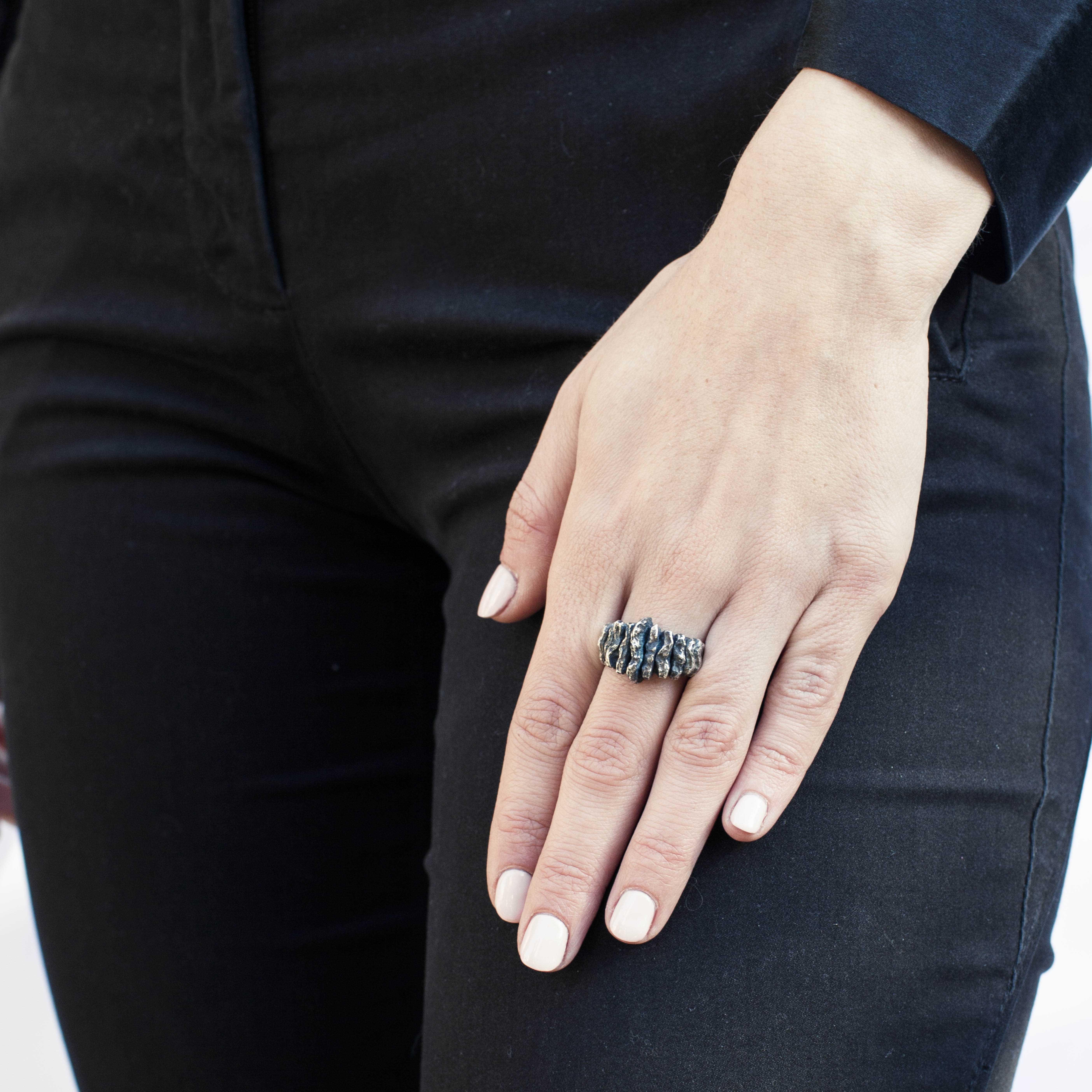 anello sfaccettato in argento brunito rawsen